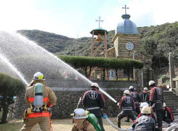頭ケ島天主堂で実施した消火訓練=新上五島町