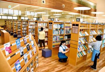 15日の通常開館に向け、蔵書の確認などをする大洲市立図書館本館のスタッフ
