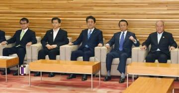 閣議に臨む(左から)河野外相、石井国交相、安倍首相、麻生財務相、鈴木五輪相=14日午前、首相官邸