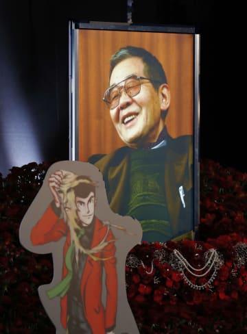 しのぶ会の祭壇に飾られたモンキー・パンチさんの遺影と「ルパン三世」のイラスト=14日午前、東京都港区の青山葬儀所