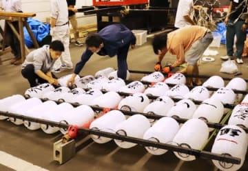 やかた竿灯の組み立て作業。まき夏まつりへ向けて準備が進められた=11日、新潟市西蒲区