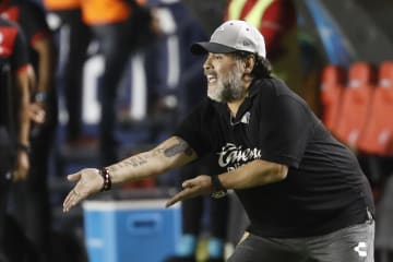 5月の試合で指示を出す、メキシコ2部リーグ、ドラドスのディエゴ・マラドーナ監督(AP=共同)