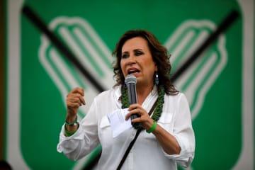 グアテマラ南西部の町で演説するサンドラ・トレス候補=2日(ロイター=共同)