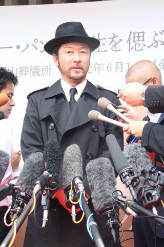 モンキー・パンチさんをしのぶ会に出席した浅野忠信さん