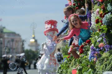 フラワーパレードで「ロシアの日」祝う サンクトペテルブルク