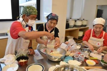 ポリ袋を使った炊飯に挑戦する団員