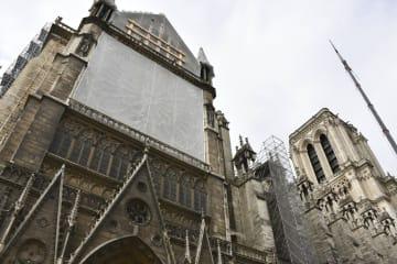保全作業が続くノートルダム寺院=14日、パリ(共同)