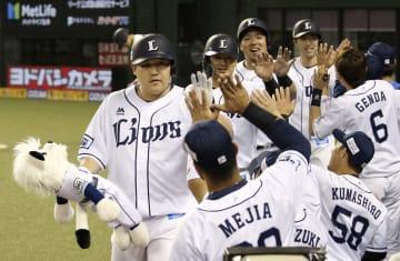 4回、満塁本塁打を放ち、ナインに迎えられる西武・中村(左手前)=メットライフドーム