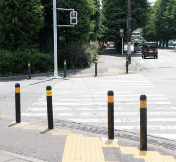 町内の緊急性が高い交差点などには、新たな車止めポールなどが増設されている