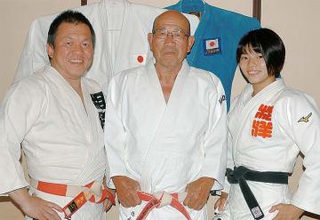息子の清さん、孫の未菜さんと並ぶ英雄さん(中央)