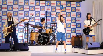 ▲新CM発表会で生演奏する4人