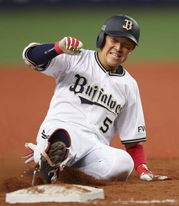 8回オリックス2死二、三塁、右越えに勝ち越しの2点三塁打を放ち滑り込む西野=京セラドーム