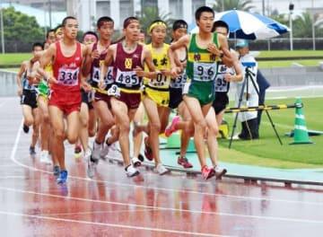 雨の中、九州南部総体の出場をかけて熱戦を繰り広げる高校生たち=14日、鹿児島市の白波スタジアム(山崎卓世撮影)