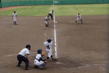 開幕試合でプレーする倉敷南と倉敷東の選手たち=倉敷運動公園野球場