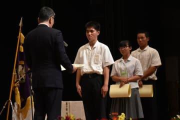 最高賞に選ばれ、表彰を受ける生徒ら=14日午後、高鍋町・たかしんホール
