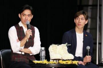 被災した郷土への思いを語る高橋大輔選手(左)と田中刑事選手=倉敷市芸文館
