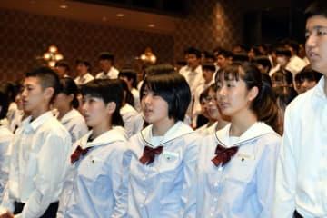 歴代の校歌を歌う音楽部員