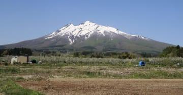 青森県弘前市から見た岩木山
