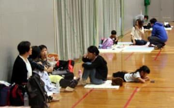 初のレベル4が出され、熊野町民体育館に避難した住民たち(7日)