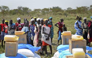 食糧の配給を待つ人々=2017年12月、南スーダン(AP=共同)