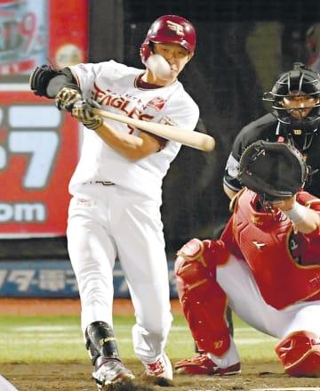 5回東北楽天無死一塁、辰己が球団記録を塗り替えるチーム7本目の本塁打を放つ。捕手会沢(川村公俊撮影)