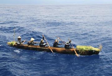 丸木舟をこぐ練習をする実験航海メンバー=5月末、台湾沖(3万年前の航海徹底再現プロジェクト提供)