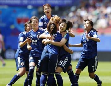 日本―スコットランド 前半、岩渕(手前)が先制ゴールを決め、大喜びの日本イレブン=レンヌ(共同)
