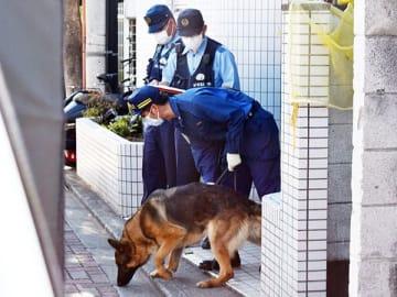 警察犬も出動して捜査が行われた事件現場=13日午後4時ごろ、東松山市材木町