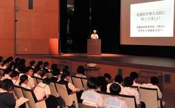 淡路地区の高校7校から島内進学の良さを中学3年生らに訴えた=8日、洲本市宇原