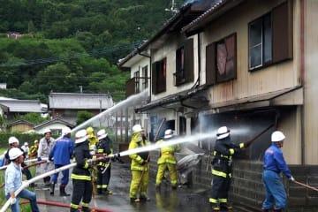 写真を拡大 消火活動を行う消防団員ら=東みよし町中庄