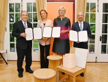 未利用資源の利活用に関する覚書を交わした秀島敏行市長(左)、諸富家具振興協同組合の平田尚二理事長(右)。オランダの関係者も出席した=東京都のオランダ大使館