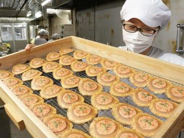 飛騨産トマトを使った新商品「ちょこっとトマト入り味噌煎餅」=飛騨市古川町弐之町、井之廣製菓舗
