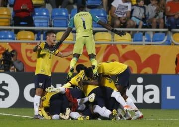 サッカーのU―20W杯ポーランド大会、イタリアとの3位決定戦の延長で先制ゴールを喜ぶエクアドルの選手たち=14日、グディニア(AP=共同)