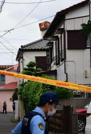 奥村さんが刺され死亡する事件があった住宅(手前)=14日午後4時半ごろ、八千代市