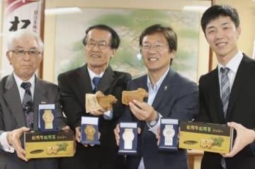 【モンドセレクション金賞と松牛焼を披露する竹本館長(左から2人目)と竹上市長(同3人目)ら=松阪市役所で】