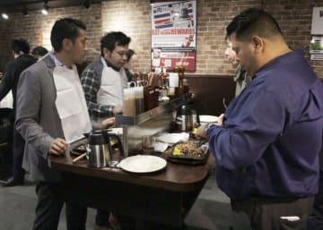 2017年2月、ニューヨークに開店したステーキ専門店「いきなり!ステーキ」の店内(共同)