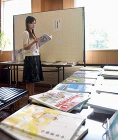 市民会館に並べられた各社の教科書