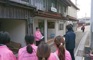 現地を視察する担当者と学生=北松小値賀町(県提供)