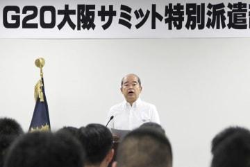 大阪府警本部での式典で訓示する石田高久本部長=15日午前
