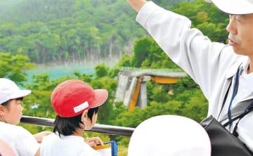 地震で橋桁が崩落した現地を見学する児童たち