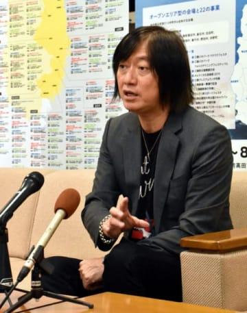 「宮沢賢治はこれから日本がどう生きていくかの指針となりうることを持っている」と作品への思いを語る小林武史さん