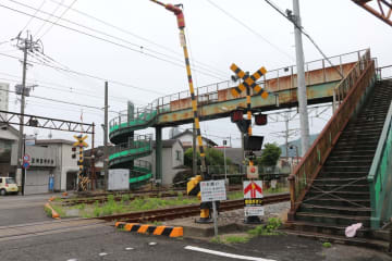 撤去方針が示された化屋跨線橋(右)=諫早市多良見町