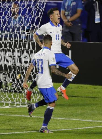 南米選手権1次リーグ、ボリビア戦でゴールを決め、喜ぶブラジルのコウチーニョ(上)=14日、サンパウロ(AP=共同)