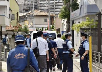女性が死亡しているのが見つかった現場のアパートへ向かう捜査員=14日午後、埼玉県東松山市