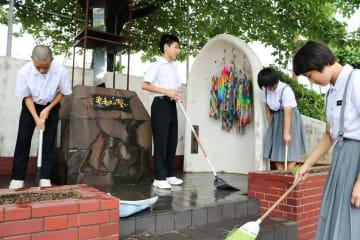 朝からピースゾーンを清掃する生徒=長崎市立山里中