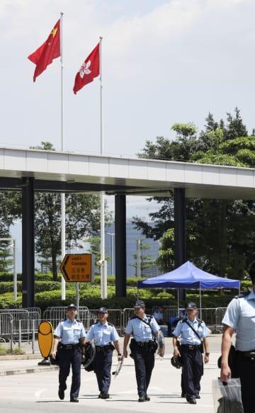 香港中心部の立法会周辺で警備する警察官=15日(共同)