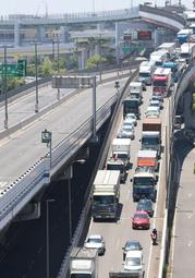 改修工事で通行止めとなった阪神高速神戸線(左橋)と、その影響で渋滞する浜手バイパス=5月24日、神戸市中央区