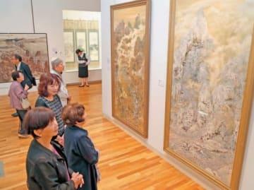 大分市美術館で始まった「ふるさと大分の日本画家たち」を鑑賞する来場者=15日、大分市上野