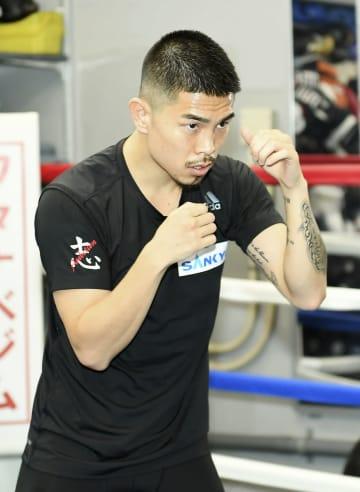 練習を公開し、シャドーボクシングで汗を流す井岡一翔=東京都品川区のワタナベジム