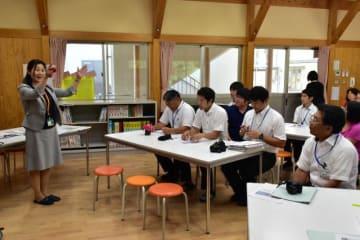 田崎さん(写真左)からNIEについて学んだ美郷北学園の研修会